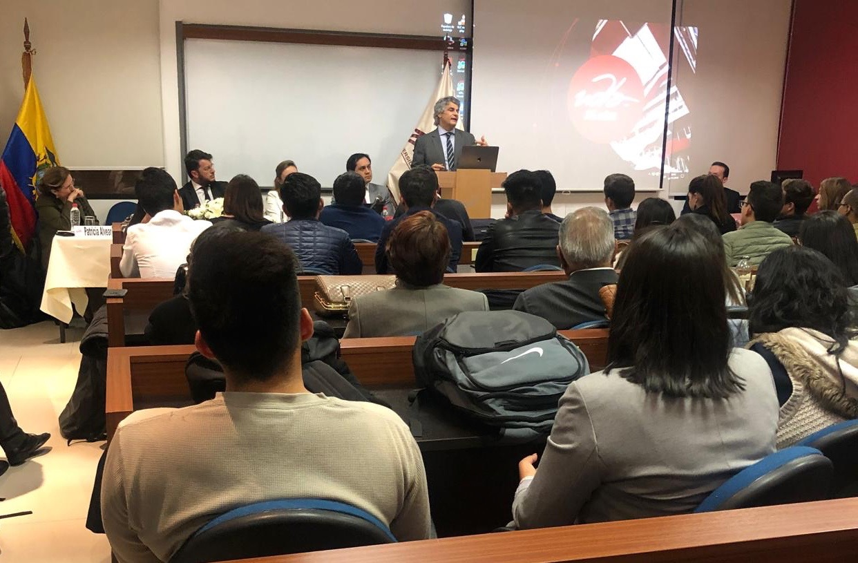 Dr. Leandro Vergara presenta su obra en Quito.